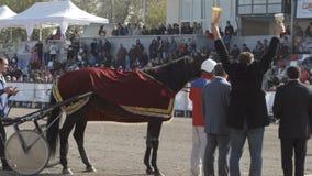 Ceremonie van toekenning van winnaar in uitrustingspaard op een stadion (langzame motie) stock videobeelden