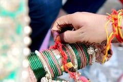 Ceremoniel i indiskt bröllop royaltyfri foto