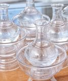 Ceremoniell vatten-hällande behållare royaltyfri bild