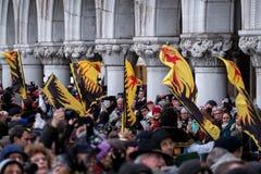 Ceremoniella flaggor på St Mark ` s kvadrerar under den Festa delleMaria ceremonin Venedig karneval, Ital Arkivfoto