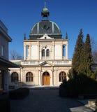Ceremoniella Hall på den nya judiska kyrkogården i Prague, Tjeckien Royaltyfri Bild