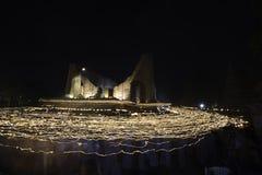 Ceremonieln går med tända stearinljus i hand runt om forntida kyrka på den Visakha dagen, Juni 1st, Arkivfoton