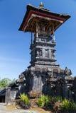Ceremonieln står högt på den Pura Besakih Balinese templet fotografering för bildbyråer
