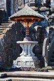 Ceremonieln står högt på den Pura Besakih Balinese templet royaltyfri foto