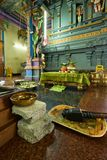 Ceremoniförberedelse vid klosterbroder inom Seychellerna hinduiska Kovil royaltyfri bild