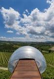 Ceretto vinodling med siktspunkt, moln och vingårdar royaltyfri foto