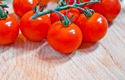 Cereza de los tomates a bordo Imagen de archivo libre de regalías