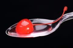 Cereza del cóctel en la cuchara Imagen de archivo