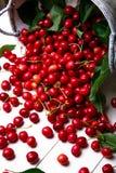 Cereza dispersada de la cesta Cerezas en cesta en el fondo blanco Sano, fruta del verano Cerezas Cierre para arriba Fotografía de archivo