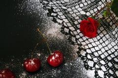 Cereza dulce contra el fondo negro, dibujo de encaje de la formación de hielo Imágenes de archivo libres de regalías