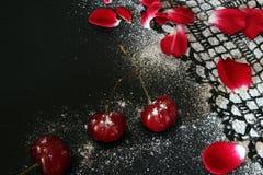 Cereza dulce contra el fondo negro, dibujo de encaje de la formación de hielo Fotografía de archivo libre de regalías