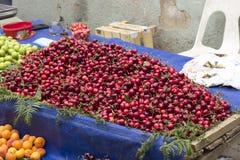 Cereza dulce en el bazar turco de la calle Fotografía de archivo libre de regalías
