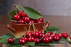 Cereza dulce en la tabla Fotos de archivo libres de regalías
