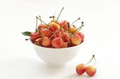 Cereza dulce en un tazón de fuente Imagenes de archivo