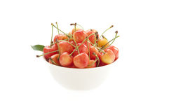 Cereza dulce en un tazón de fuente blanco Imagen de archivo