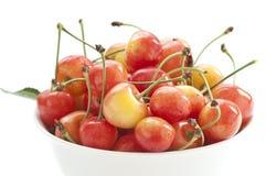Cereza dulce en un tazón de fuente blanco imágenes de archivo libres de regalías