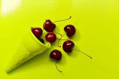 Cereza dulce marrón en un cuerno verde imagen de archivo