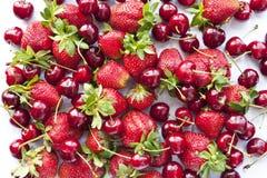 Cereza dulce y fresa Fotografía de archivo libre de regalías