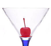 Cereza en el vidrio de Martini Fotografía de archivo libre de regalías