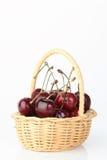 Cereza en la cesta de bambú Fotos de archivo