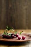 Cereza en la placa del vintage de la arcilla Foto de archivo libre de regalías