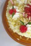 Cereza en la torta Imagen de archivo libre de regalías