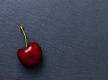 Cereza en pizarra Fotografía de archivo libre de regalías