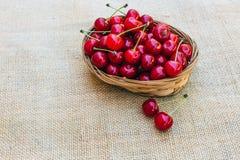 Cereza roja en una cesta de madera Foto de archivo libre de regalías