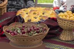 Cereza roja y cerezas blancas en cestas de punto Imágenes de archivo libres de regalías