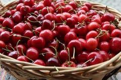 Cerezas Cereza Cerezas orgánicas en cesta en un mercado de los farmer's Fondo rojo de la cereza Textura fresca de las cerezas A fotos de archivo