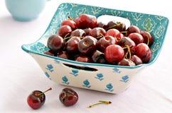 Cerezas de Bing frescas en plato cuadrado fotografía de archivo