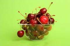 Cerezas deliciosas en un tazón de fuente Fotografía de archivo