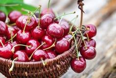 Cerezas dulces en cesta Imagenes de archivo