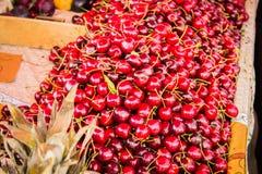 Cerezas dulces en el contador fotografía de archivo libre de regalías
