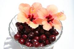 Cerezas dulces en el tazón de fuente de cristal Imagen de archivo libre de regalías