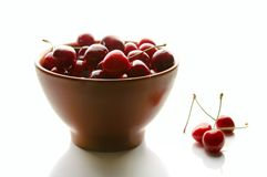 Cerezas dulces en mercancías de cerámica Imagen de archivo