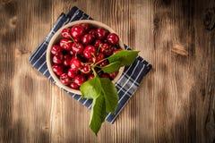 Cerezas dulces en un cuenco de madera imagen de archivo libre de regalías
