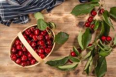 Cerezas dulces en una cesta de madera imagenes de archivo