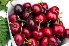 Cerezas dulces frescas en el mercado de los granjeros imagenes de archivo