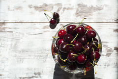 Cerezas dulces rojo oscuro en la opinión superior del cuenco transparente Fotos de archivo