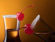 Cerezas dulces y vidrios de licor Fotografía de archivo