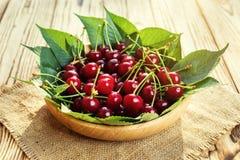 Cerezas en cesta en la tabla de madera Cereza Cerezas en tazón de fuente Rojo Fotografía de archivo libre de regalías