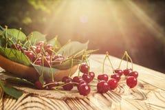 Cerezas en cesta en la tabla de madera Cereza Cerezas en tazón de fuente Rojo Foto de archivo
