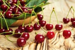 Cerezas en cesta en la tabla de madera Cereza Cerezas en tazón de fuente Rojo Imagenes de archivo