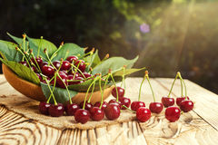 Cerezas en cesta en la tabla de madera Cereza Cerezas en tazón de fuente Rojo Fotos de archivo