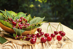 Cerezas en cesta en la tabla de madera Cereza Cerezas en tazón de fuente Rojo Foto de archivo libre de regalías