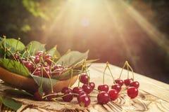 Cerezas en cesta en la tabla de madera Cereza Cerezas en tazón de fuente Rojo Imagen de archivo libre de regalías