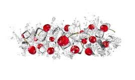 Cerezas en chapoteo del agua en el fondo blanco Fotos de archivo