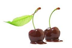 Cerezas en chocolate Imagenes de archivo