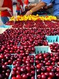 Cerezas en el mercado de los granjeros Foto de archivo